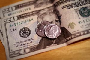 Dólar fecha em leve alta, apesar de intervenção do BC