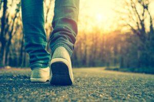 pessoa caminhando 500×334 – Artrite Reumatoide